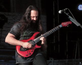John Petrucci mit roter Gitarre