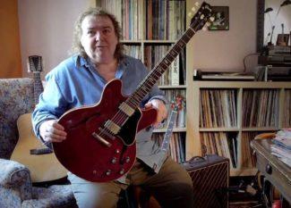 Bernie Marsden zeigt seine Gitarre