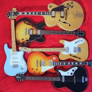 5 E-Gitarren auf rotem Hintergrund