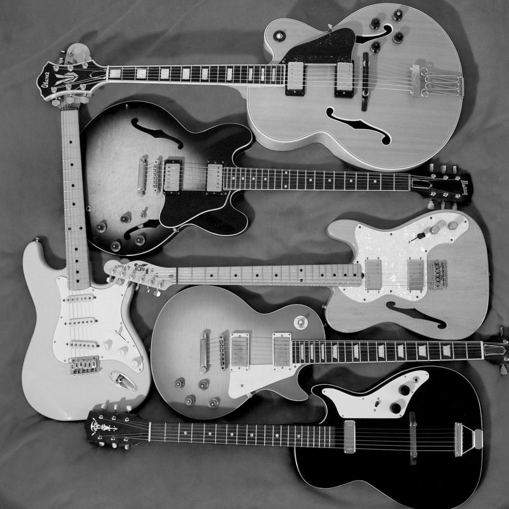 Schwarzweiße Gitarren