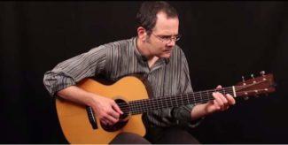 Teja Gerken mit Akustik-Gitarre