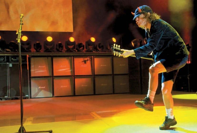 Angus Young mit Gitarre auf der Bühne