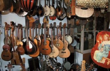 Alte Banjos und Gitarren