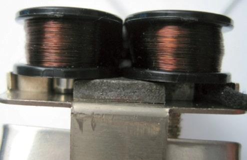 Magneten unter zwei Spulen