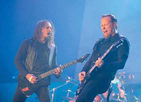 James Hetfield mit Kollge auf der Bühne