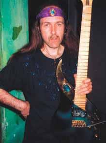 Uli Jon Roth mit seinem Instrument