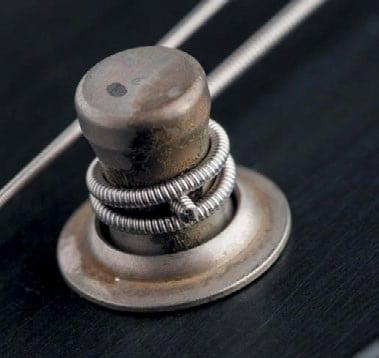 Maximal zwei bis drei Windungen auf dem Mechanikschaft reichen, um die Saite zu fixieren.