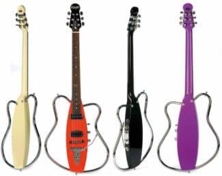 Vier ungewöhnliche E-Gitarren in verschiedenen Farben