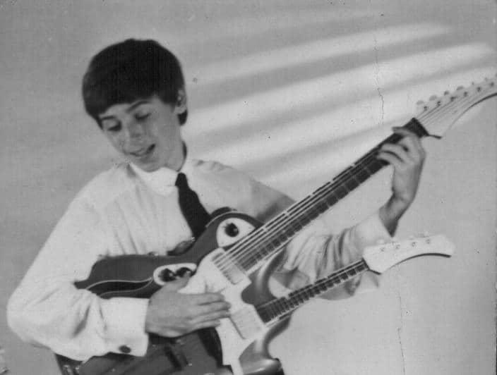 Jürgen Kerth mit eigens gebauter Double-Neck-Gitarre
