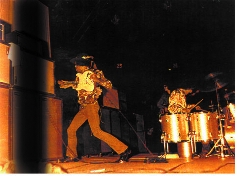 Jimi Hendrix zerstört sein Equipement
