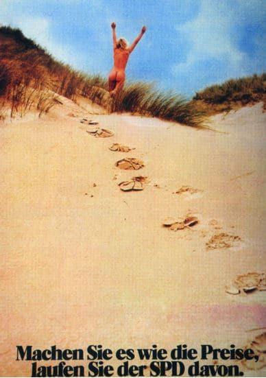 Nackte Frau in den Dünen auf einem Werbeplakat