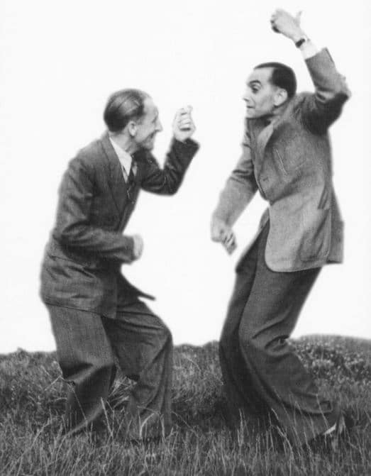Zwei Männer spielen Luftgitarre & Luftkontrabass