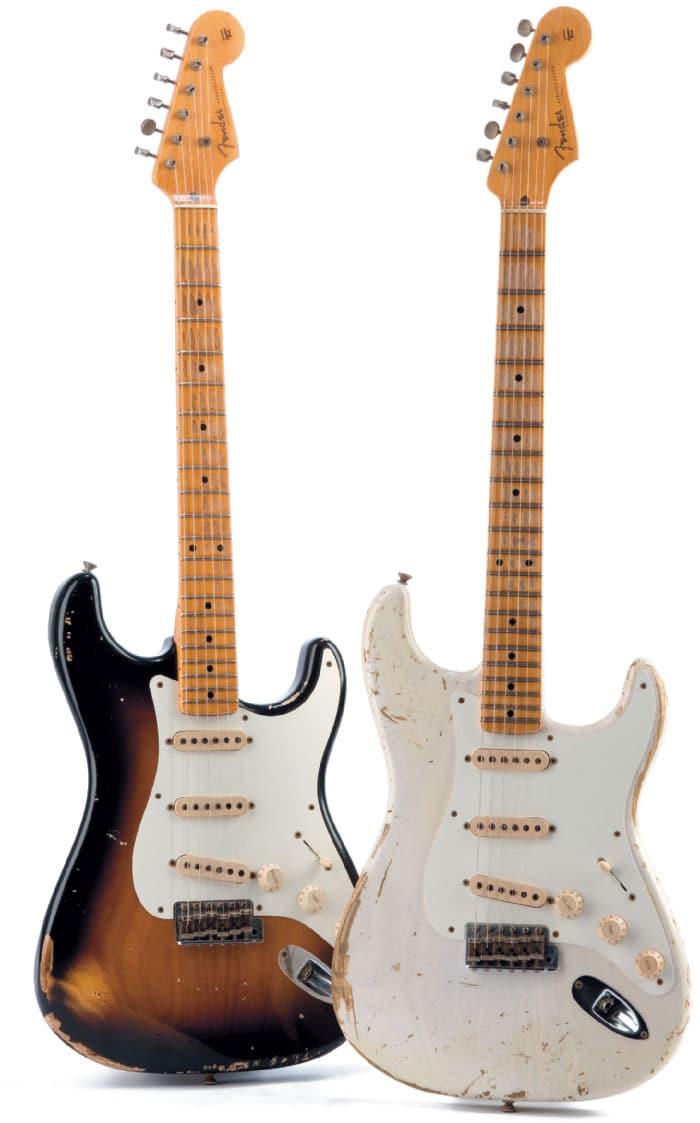Zwei E-Gitarren Fender 56 Heavy Relic, schwarz und weiß, stehend