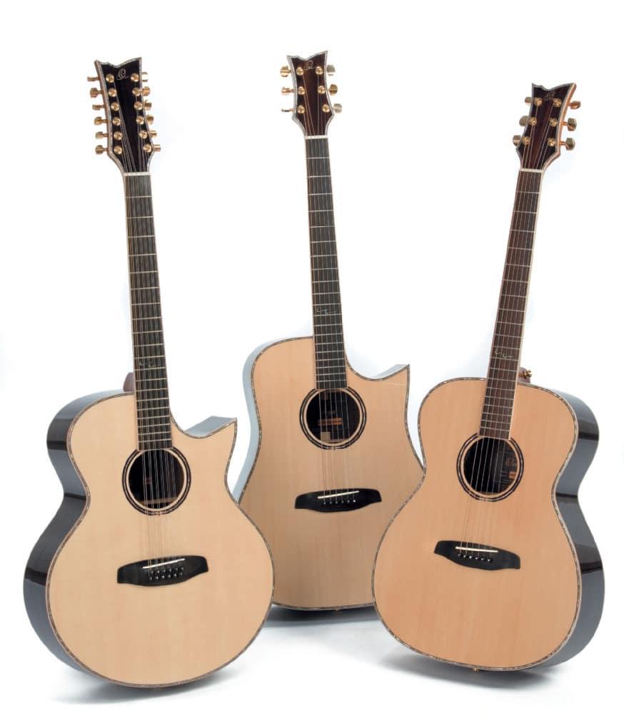 Drei unterschiedlich geformte Ortega-Akustikgitarren, stehend
