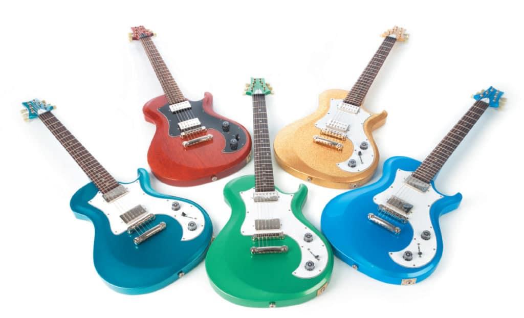 Fünf E-Gitarren von PRS in verschiedenen Farben, liegend