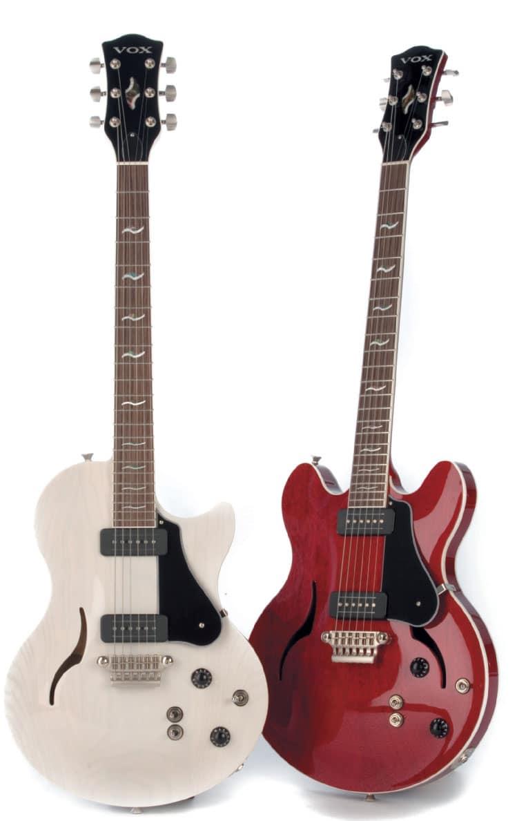Zwei VOX-Gitarren, halbakustisch, stehend, in weiß und rot
