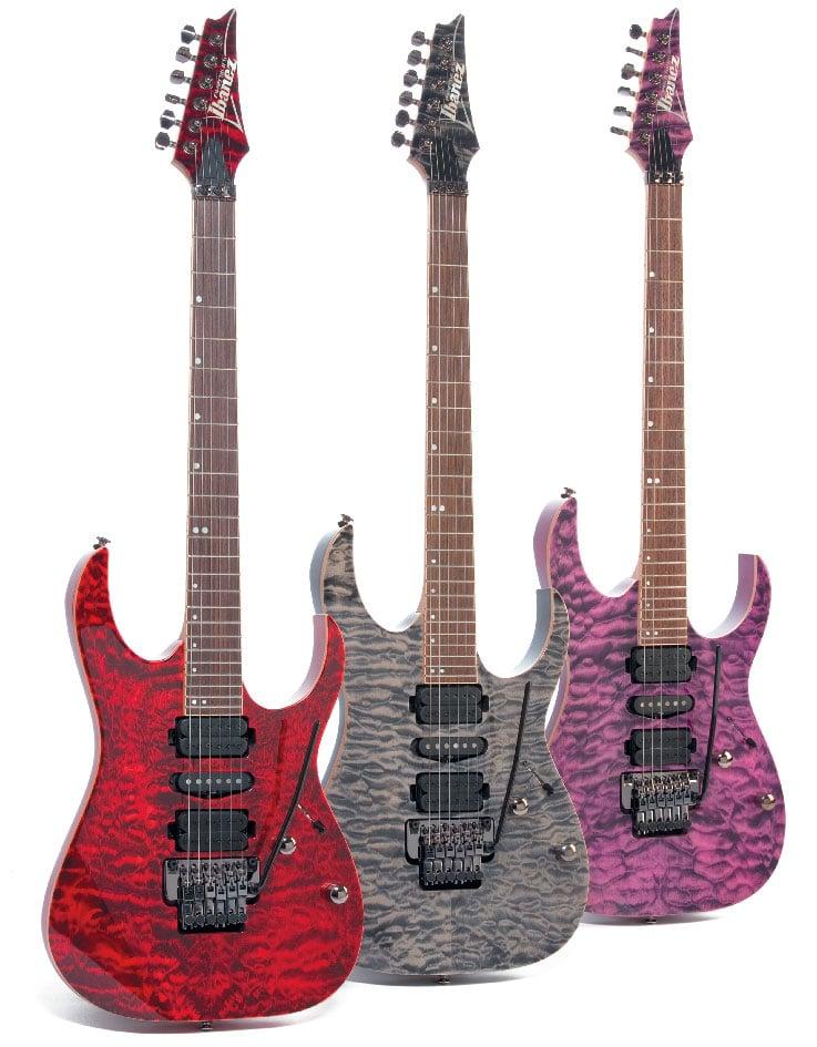 Drei E-Gitarren von Ibanez in verschiedenen Farben, stehend