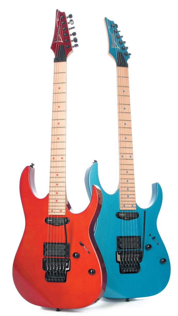 Zwei E-Gitarren von Ibanez, rot und blau, stehend