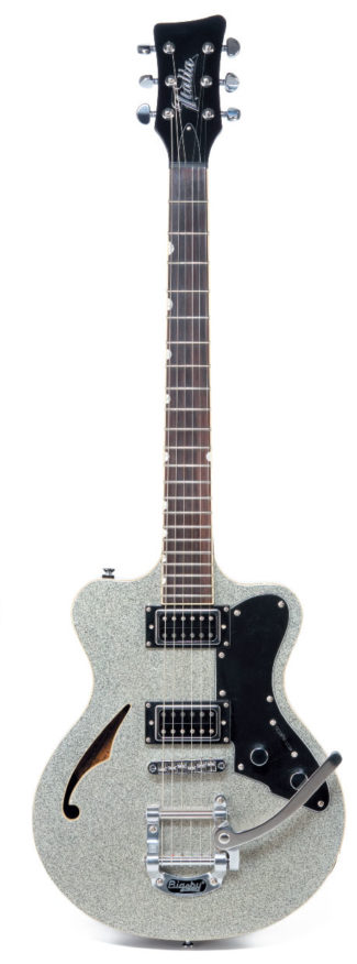 Semihollow E-Gitarre von Italia, stehend
