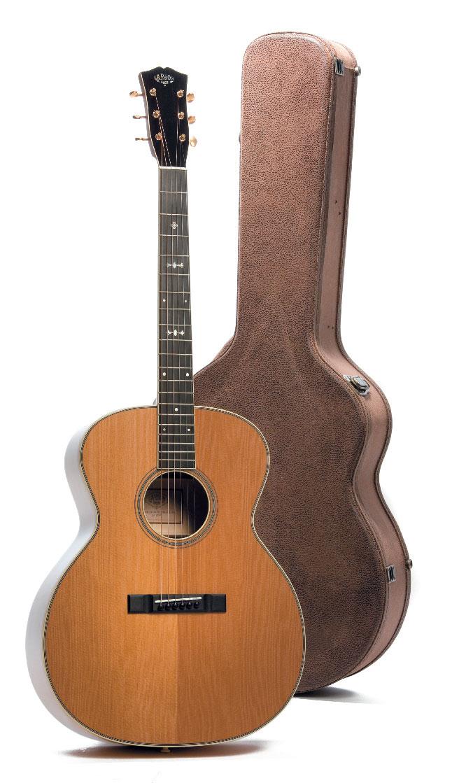 Akustik-Gitarre von Larson, stehend, mit Koffer