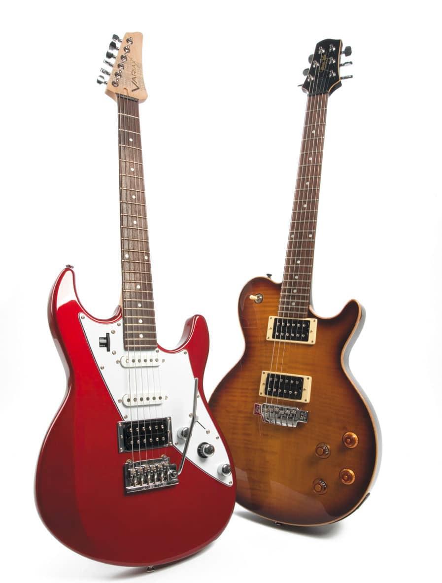 Zwei Modeling-E-Gitarren in verschiedenen Designs von Line 6, stehend