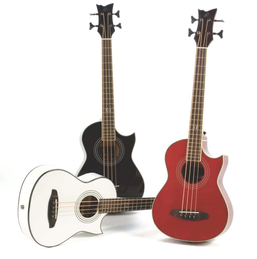 Drei Akustik-Bässe mit Cutaway von Ortega, weiß, schwarz und rot