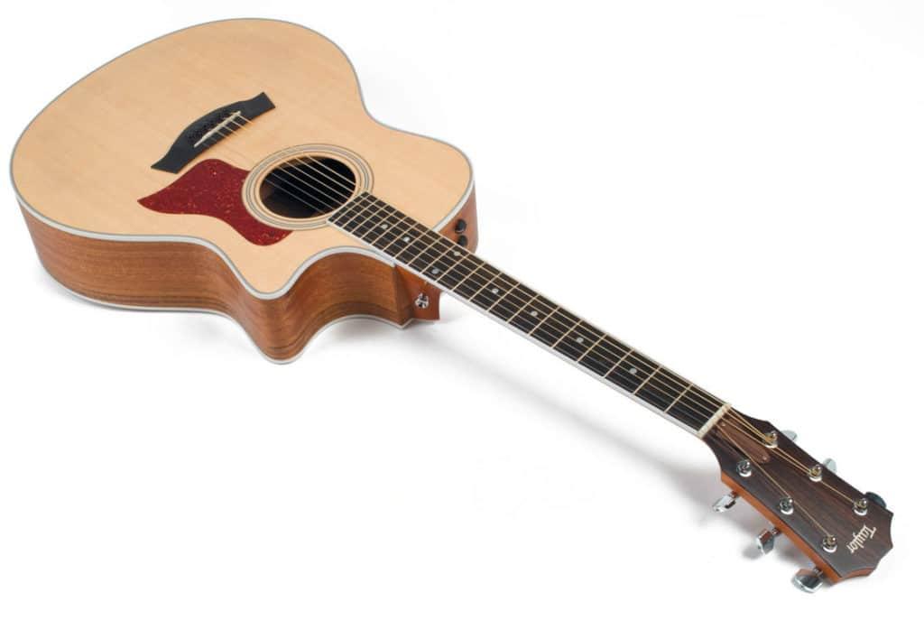 Akustikgitarre mit Cutaway von Taylor, liegend