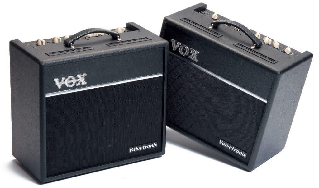 Zwei Gitarrenverstärker von Vox, schwarz
