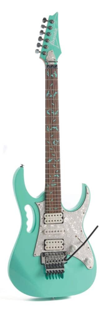 E-Gitarre von Ibanez, weiß, stehend