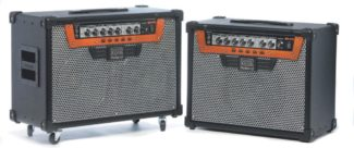 Zwei E-Gitarren-Combo-Verstärker von Roland