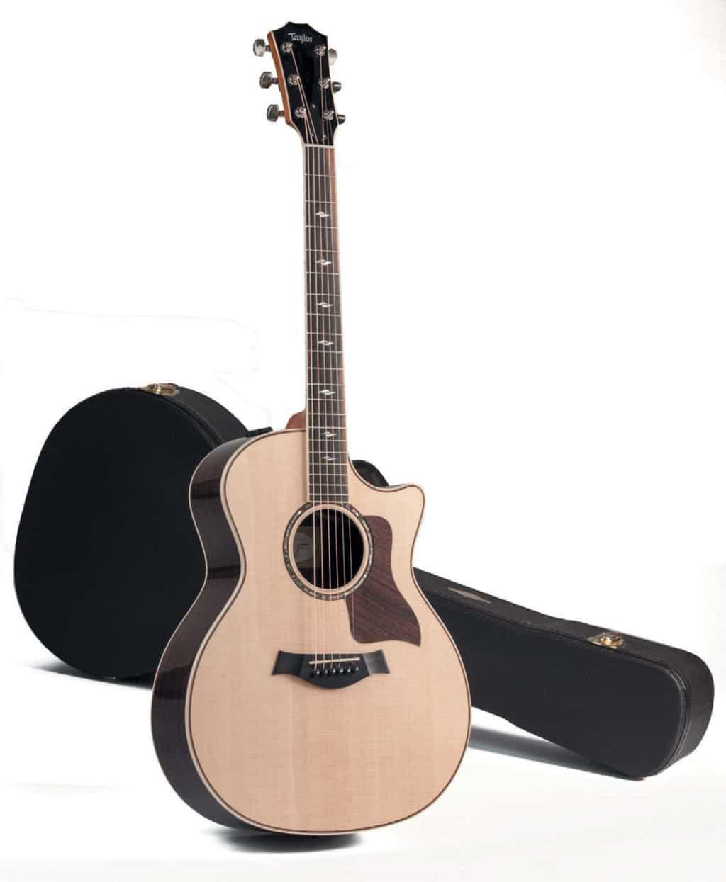 Akustik-Gitarre mit Cutaway von Taylor, stehend, mit Koffer