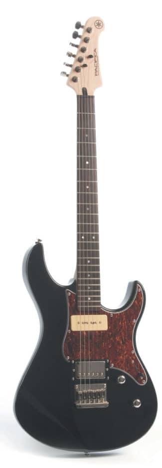 E-Gitarre im Strat-Style von Yamaha, schwarz, stehend