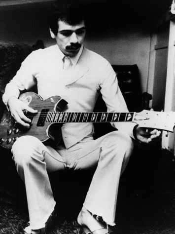 Carlos-Santana-und-gitarren-yamaha-sg-2000