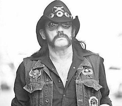 Lemmy Kilmister in seinem typischen Rock 'n' Roll Outfit