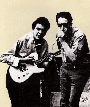 die beiden Bandmitglieder machen zusammen Musik
