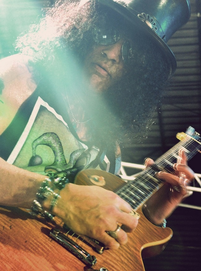 Slash mit Gitarre und Hut