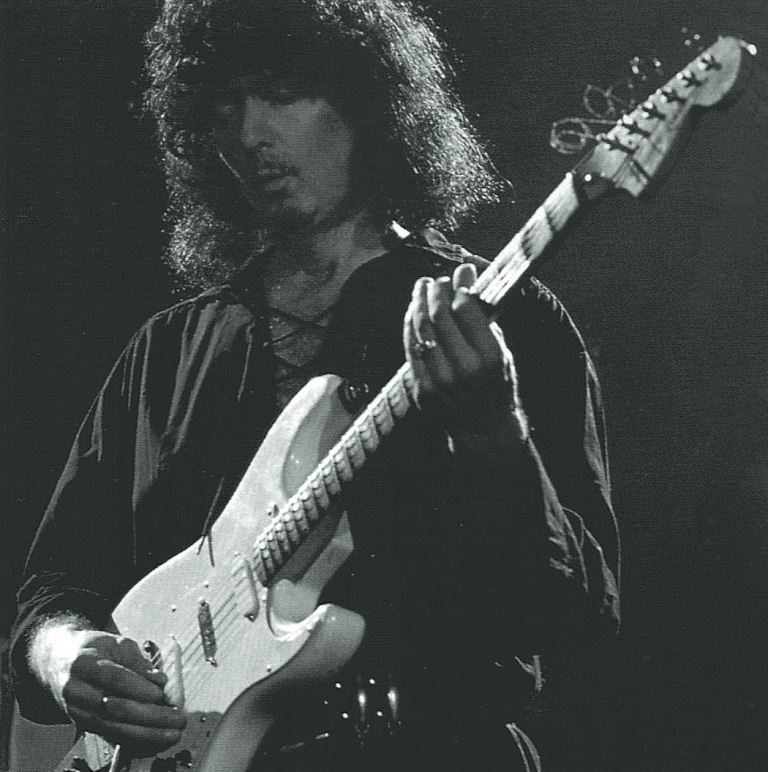 Ronnie James Dio mit seiner Gitarre.