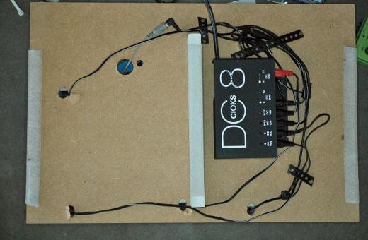 Das Netzteil wird unters Board geschraubt und die Stromkabel mit Lochband hier und da fixiert. Elegant ist anders, aber Funktion ist alles!