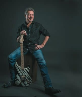 Der Songwriter Eddie Van Halen mit seiner Gitarre