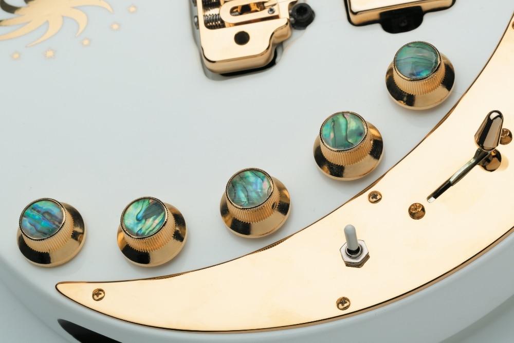 Eine aufwendige ReglerSektion mit MasterVolume, Master-Gain und einem aktiven 3-Band-EQ