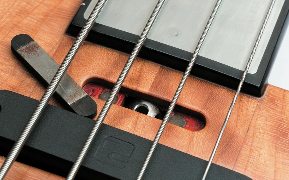 Ein magnetfixiertes Holz-Deckelchen verdeckt den Zugang zum Halsspannstab.