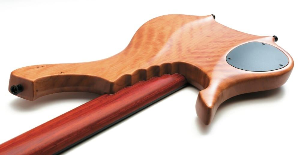 Der lang angelegte Korpus stützt den Hals wirksam wie bei einem Singlecut-Design.