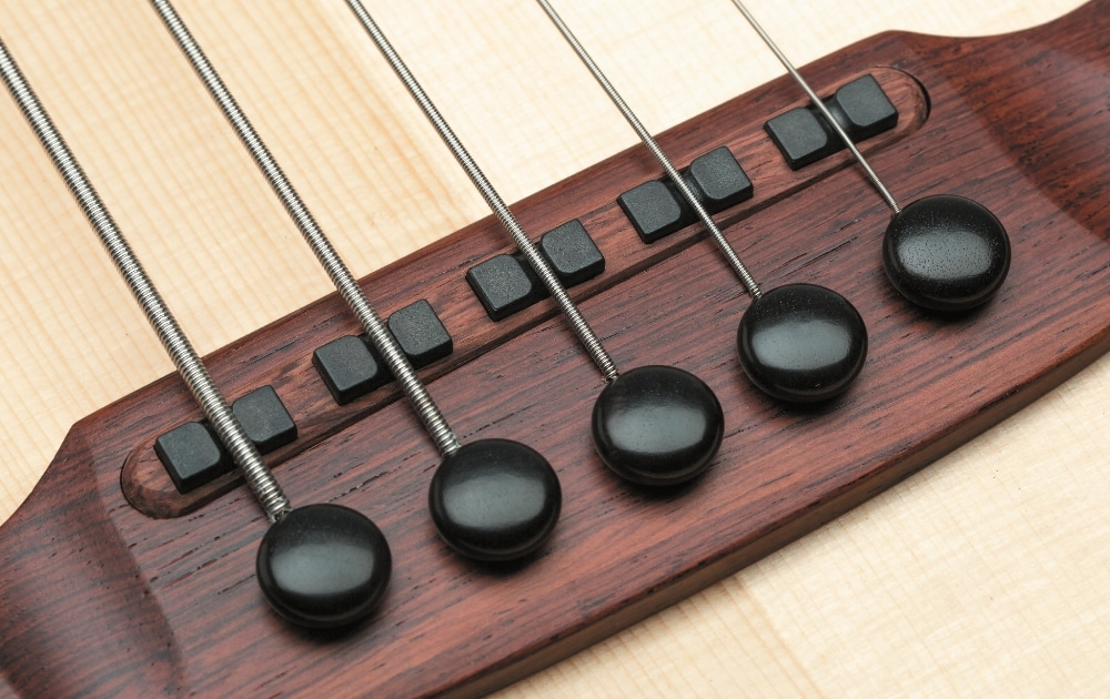 Im Palisandersteg sitzen fünf passive Piezo-Tonabnehmer.