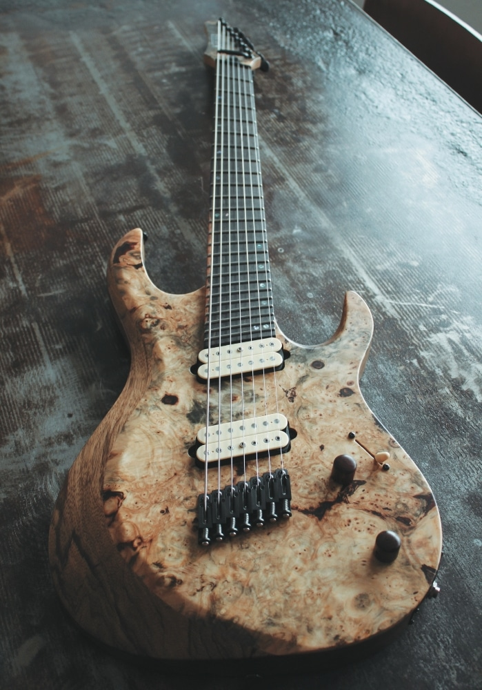 Kiesel Guitars AM7: Semi-Custom mit anhören! Multiscale Konstruktion