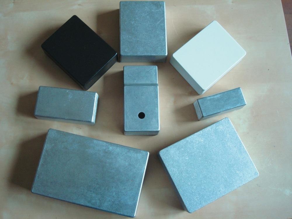 Eine kleine Auswahl von Gehäusen unterschiedlicher Größe und Form. Der meistbenutzte Standard ist Format B, das kleine A-Gehäuse wird für Minipedale gerne genommen, und das BB-Gehäuse für große Projekte oder Doppelpedale