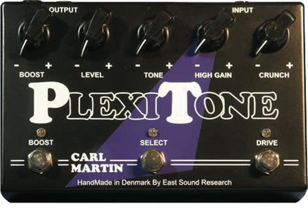 Der Plexitone gönnt sich ein üppiges DD-Gehäuse, damit die drei Fußschalter nicht zu eng beieinander stehen.