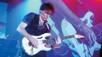 Steve Vai mit Gitarre