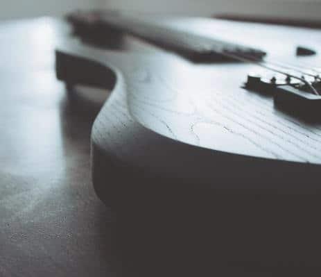 Sieben Saiten Gitarre