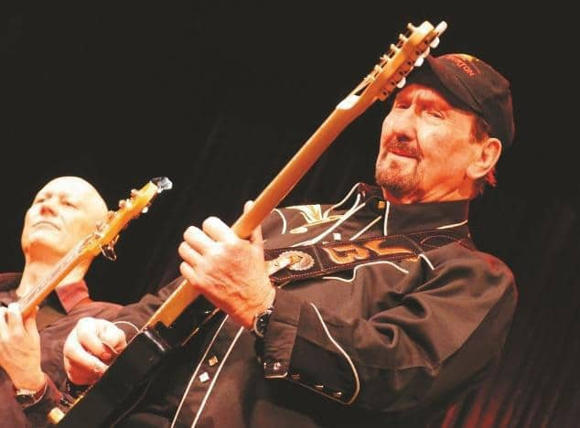 gitarrist-james-burton-mit-bassist-willi-langer