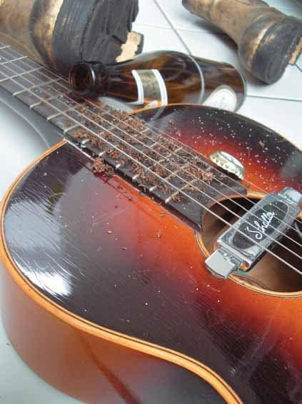 Gitarre mit Bierflasche